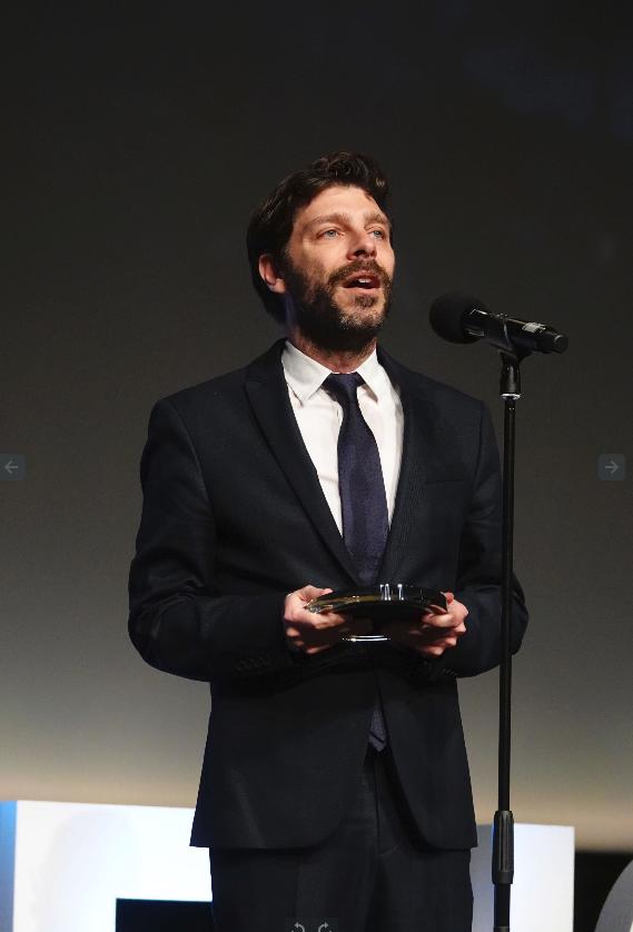 Ο Νικόλας Γιατρομανωλάκης διευθυντής marketing στο ΚΠΙΣΝ παραλαμβάνει το βραβείο