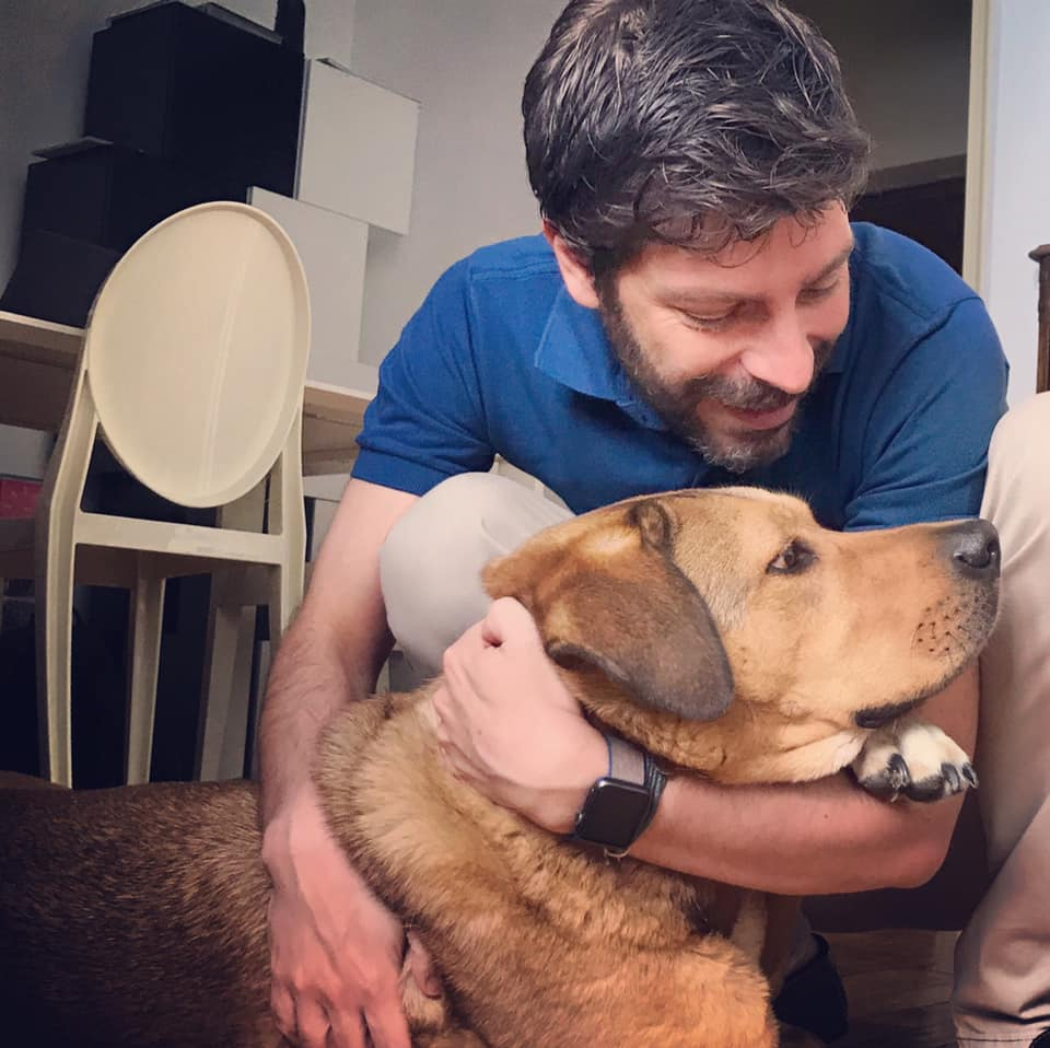 Ο Νικόλας Γιατρομανωλάκης με τον σκύλο του Βρασίδα