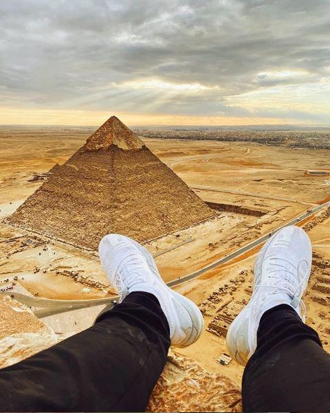 Πόδια στην κορυφή της πυραμίδας της Γκίζας
