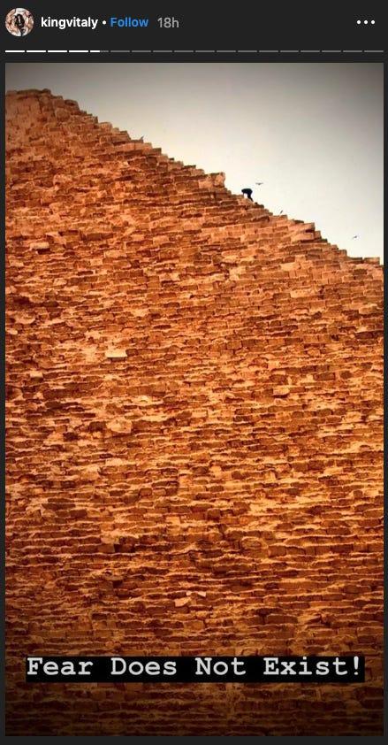 Σε άλλη φωτογραφία φαίνεται ο YouTuber να πλησιάζει στην κορυφή της Μεγάλης Πυραμίδας της Γκίζας