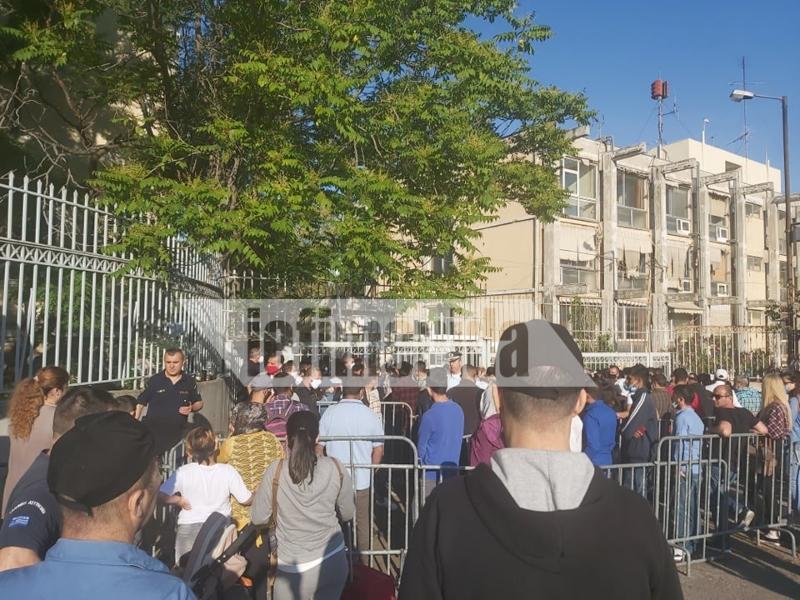 Συνωστισμός έξω από την Υπηρεσία Ασύλου