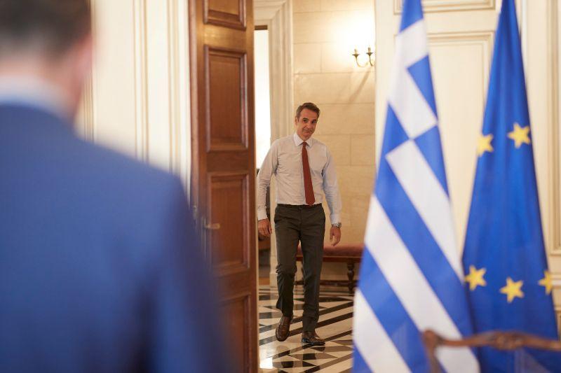 Ο πρωθυπουργός μπαίνει στην αίθουσα για την τηλεδιάσκεψη του υπουργικού συμβουλίου
