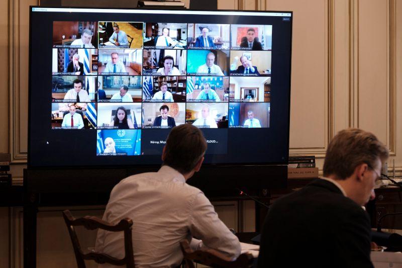 Ο πρωθυπουργός Κυριάκος Μητσοτάκης συνομιλεί με τους υπουργούς
