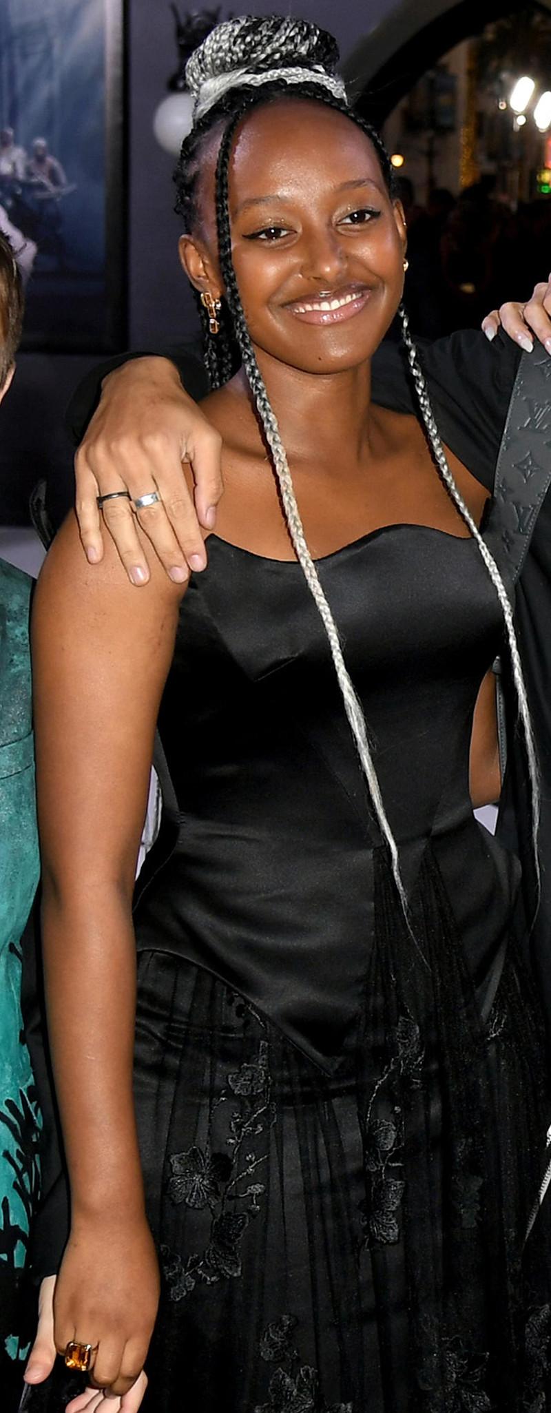 Η Ζαχάρα Τζολί Πιτ με σμαραγδένιο δαχτυλίδι και σκουλαρίκια