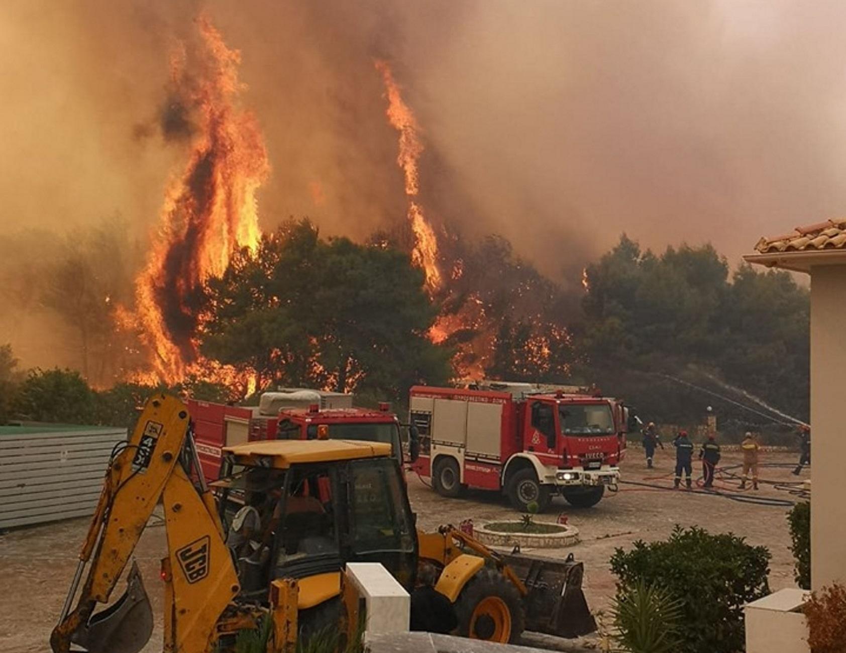 Ανεξέλεγκτη μαίνεται η πυρκαγιά στη Ζάκυνθο