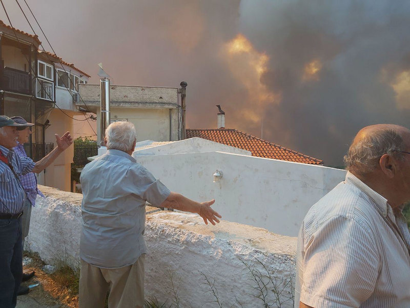 Κάτοικοι βλέπουν με απελπισία τις φλόγες να πλησιάζουν