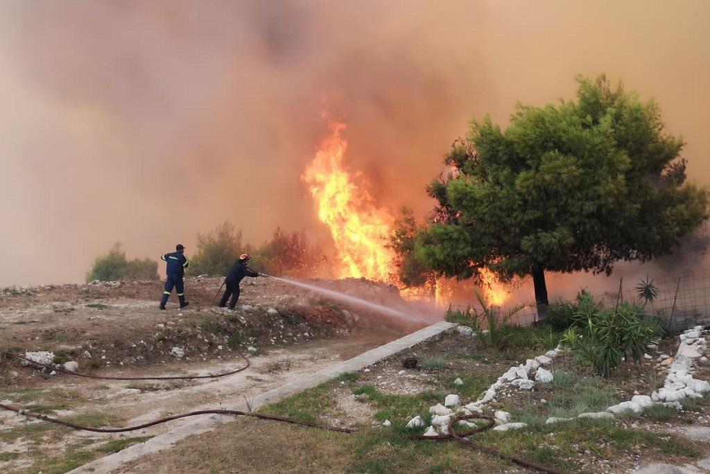 Πυροσβέστες σβήνουν φωτιά σε αυλή