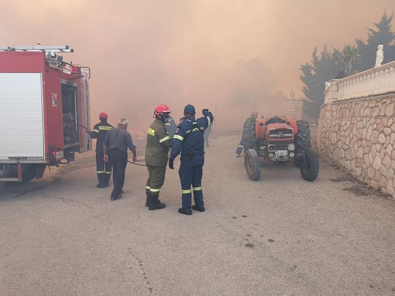 Πυροσβέστες με μάσκες στο χωριό