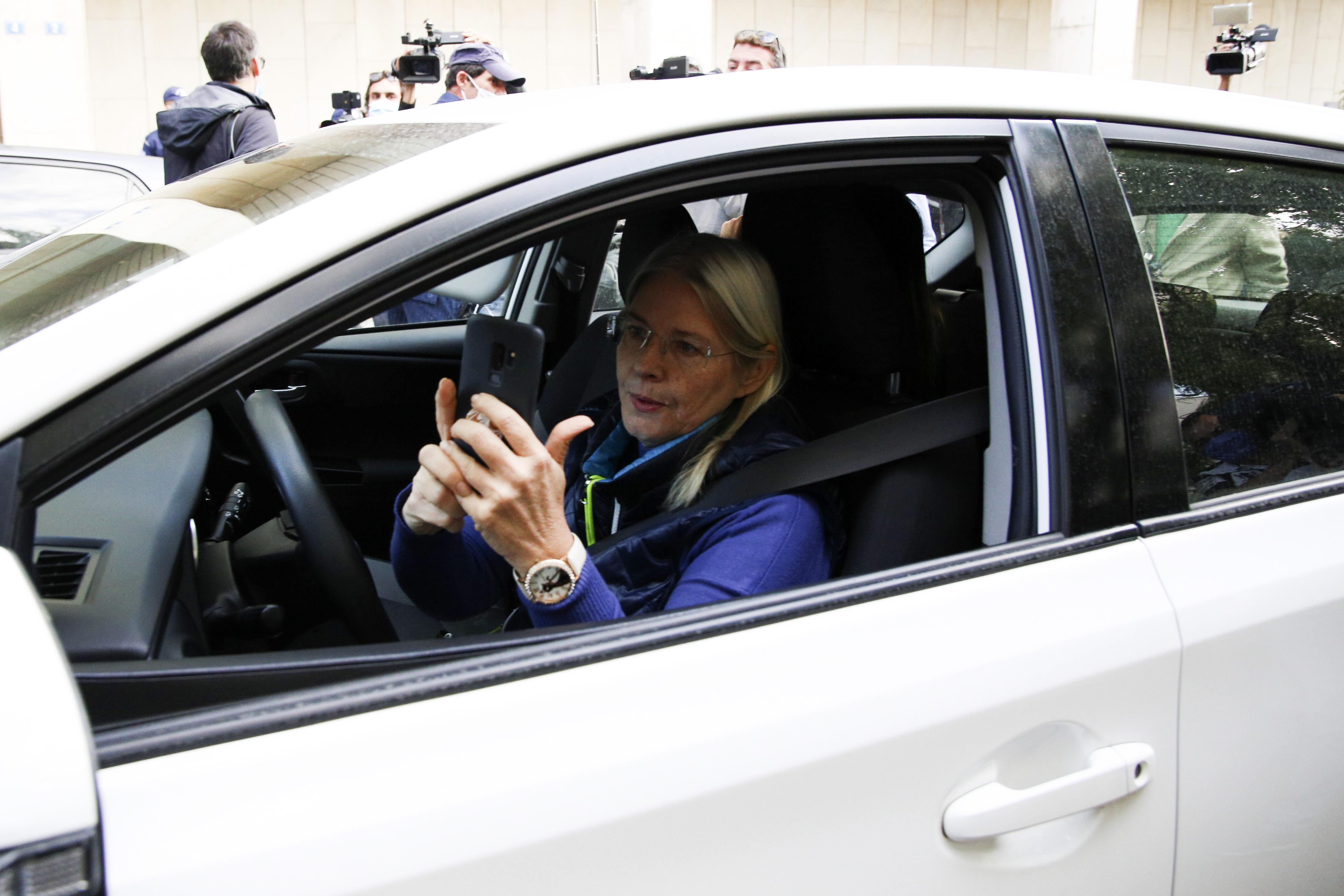 Η Ελένη Ζαρούλια φωτογραφίζει τους... φωτογράφους και τους δημοσιογράφους με το κινητό της