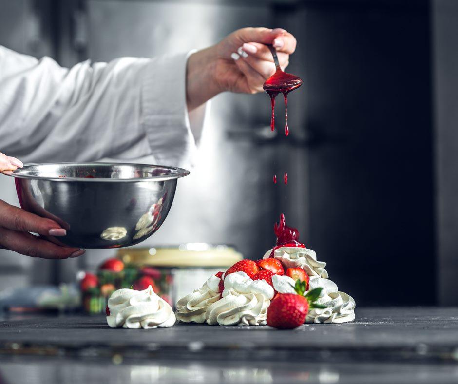 Εικόνα από τα εργαστήρια του Ζαχαροπλαστείου «Κανάκη», εκεί που δημιουργήθηκε και το παγωτό «μελομακάρονο»