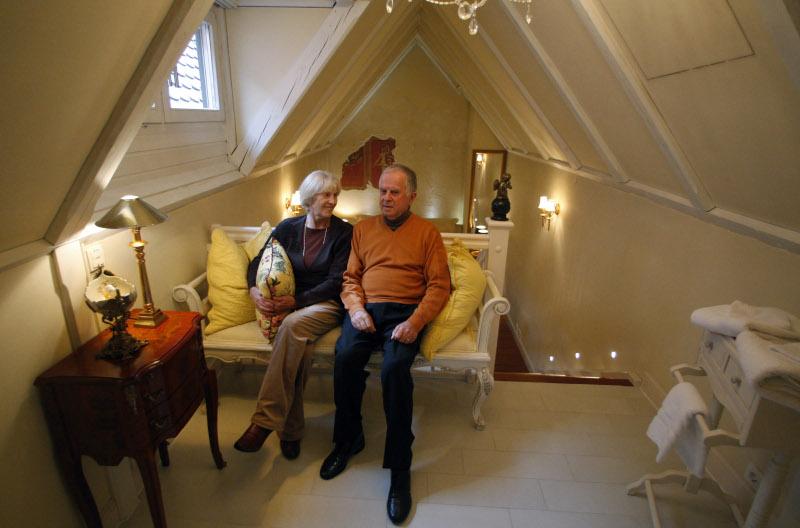 ένα ζευγάρι κάθεται σε καναπέ του ξενοδοχείο