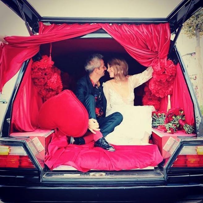 Το ζευγάρι φωτογραφήθηκε ακόμη και στο πίσω μέρος ενός αυτοκινήτου που θυμίζει νεκροφόρα, με βελούδινη κατακόκκινη διακόσμηση