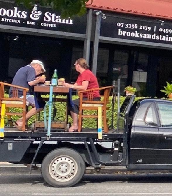 Το ζευγάρι μετέφερε την τραπεζαρία του στο φορτηγάκι του