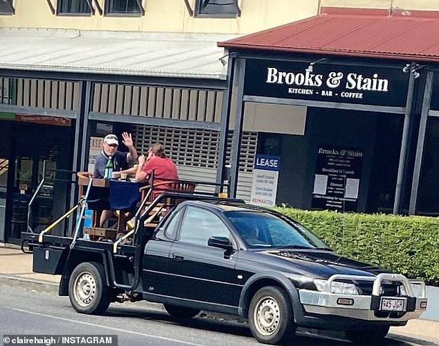 ζευγάρι πάνω στο φορτηγάκι με αυτοσχέδια τραπεζαρία χαιρετά ο άντρας