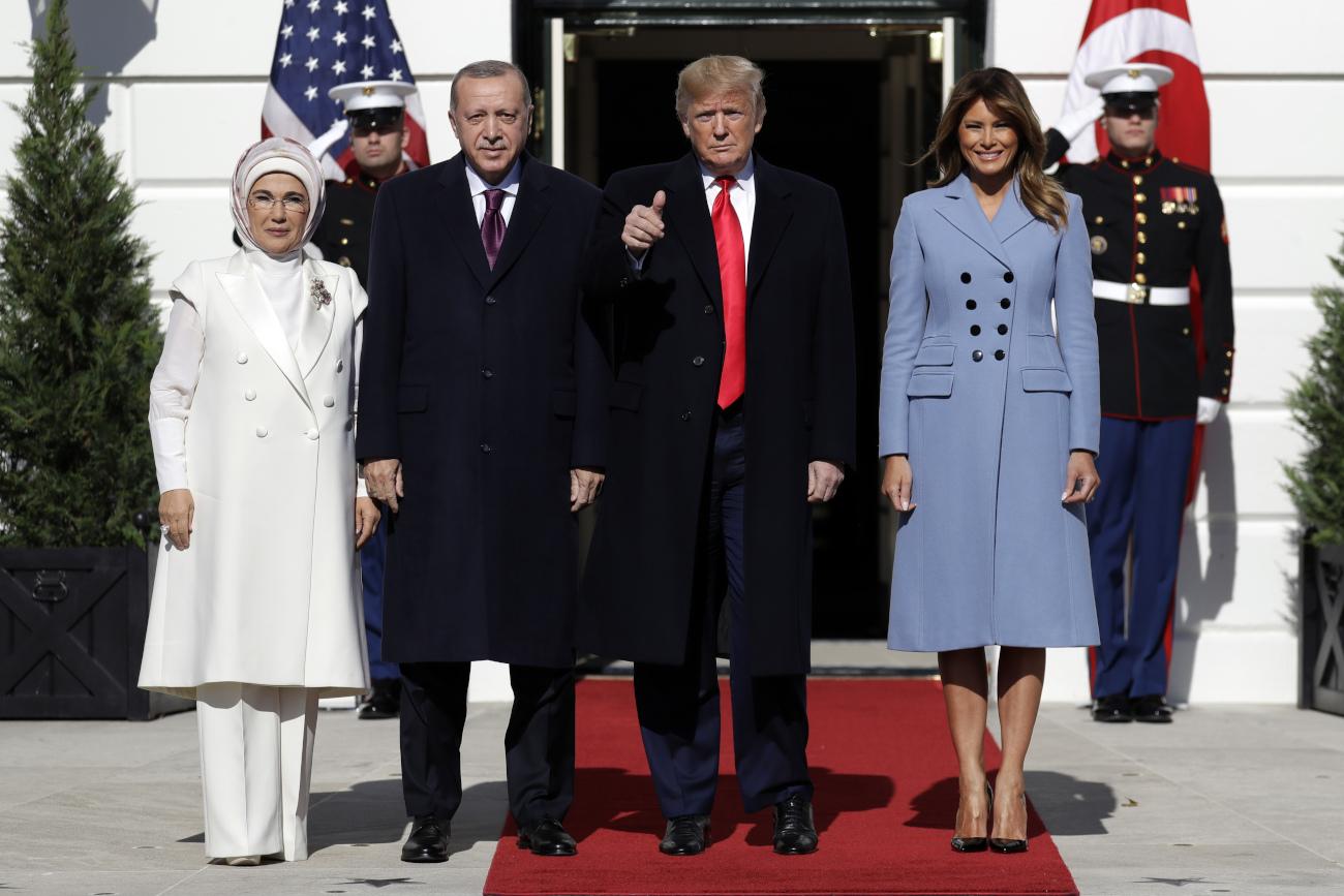 Τα δύο ζευγάρια ποζάρουν στον φωτογραφικό φακό, έξω από τον Λευκό Οίκο