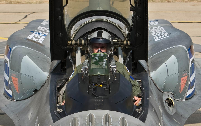 Πιλότος της ομάδας «ΖΕΥΣ» ετοιμάζεται για πτήση