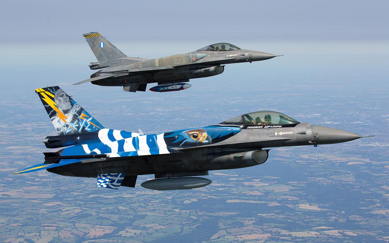 Ζεύγος F-16 κατά τη διάρκεια πτήσης