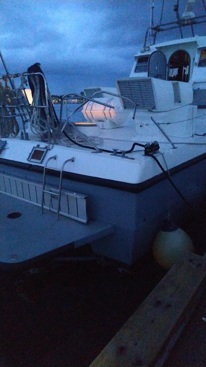 Τα σπασμένα ρέλια στο σκάφος του λιμενικού, μετά το χτύπημα από την τουρκική ακταιωρό