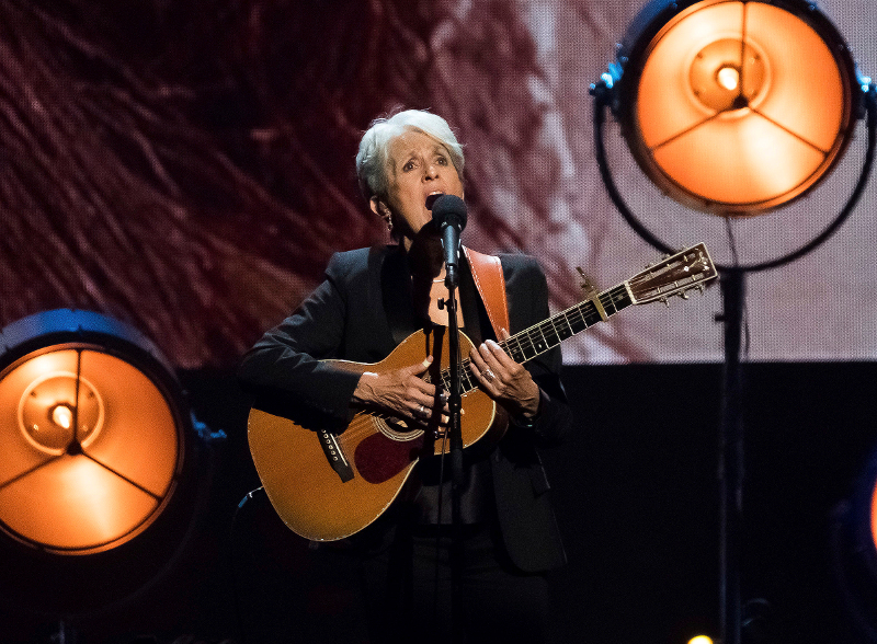 Τζοαν Μπαέζ με κιθάρα