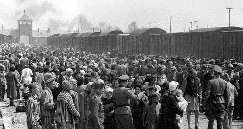 Ημέρα διαλογής (Selection) στο Άουσβιτς (1944). Ναζί  αξιωματικοί, διαλέγουν τους γέρους και ανήμπορους να εργαστούν στα καταναγκαστικά έργα, για να τους στείλουν στα κρεματόρια.