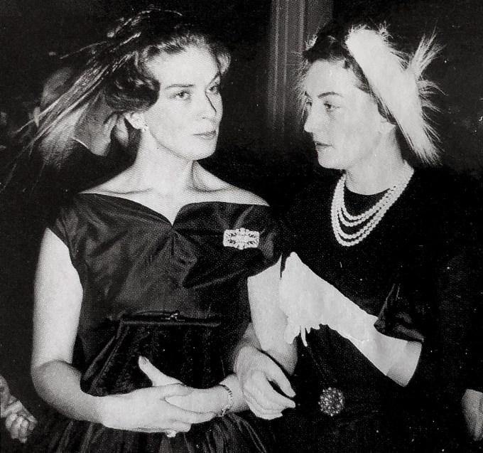 Η Λόλα Ζολώτα με την φίλη της Αγγελική Κανελλοπούλου στη δεξίωση στη Μεγάλη Βρετάνια που γνώρισε τον Ξενοφώντα Ζολώτα