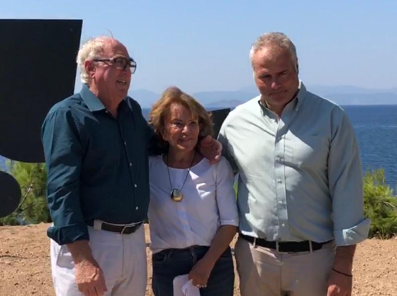 Η δωρήτρια Πέγκυ Ζουμπουλάκη ανάμεσα στον πρώην δήμαρχο Αίγινας Δημήτρη Μούρτζη και τον νυν δήμαρχο Γιάννη Ζορμπά.