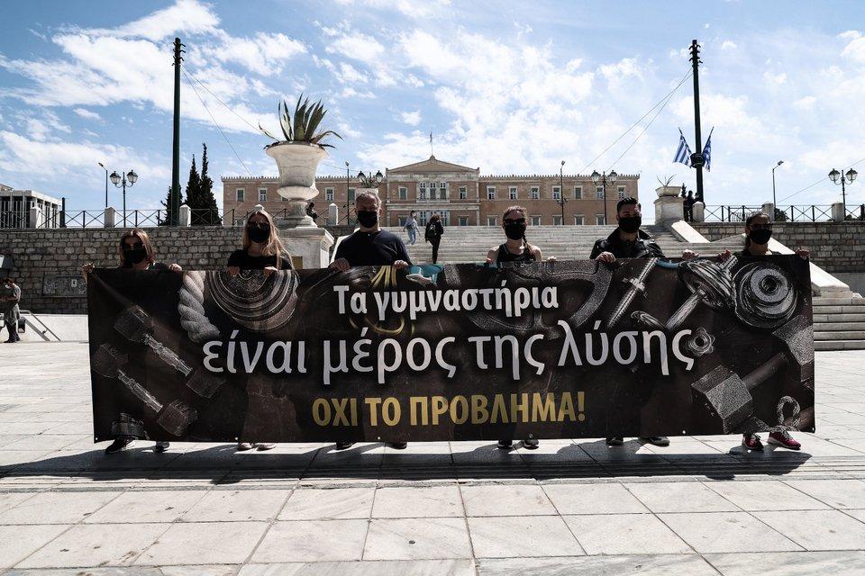 Διαμαρτυρία για τα κλειστά γυμναστήρια στην Αττική -Οι ιδιοκτήτες γέμισαν με αθλητικά παπούτσια το Σύνταγμα [εικόνες] | ΕΛΛΑΔΑ | iefimerida.gr