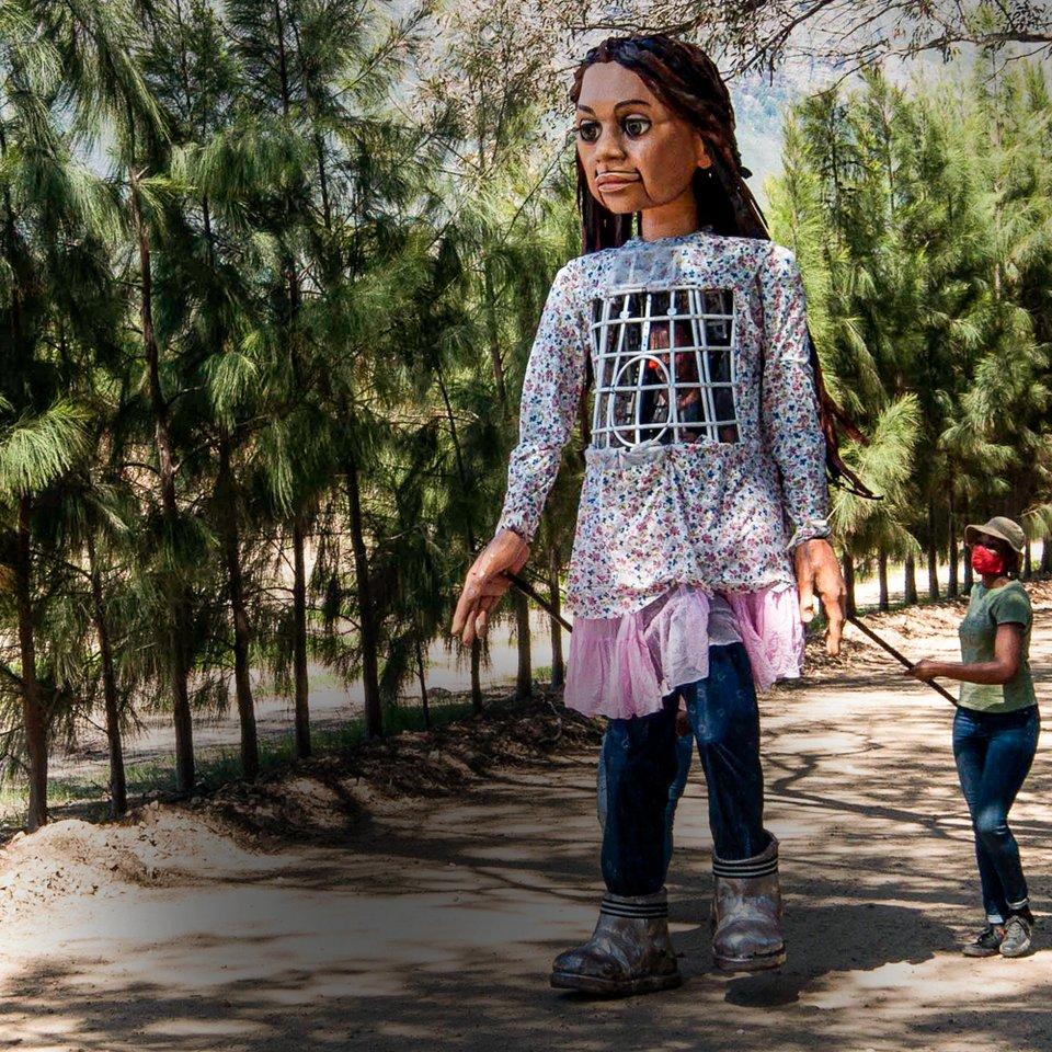 Αμάλ: Το ταξίδι μιας πελώριας μαριονέττας-προσφυγοπούλας από τη Συρία στο  Μάντσεστερ -Πότε φτάνει στην Ελλάδα, το μήνυμά της [εικόνες] | ΠΟΛΙΤΙΣΜΟΣ |  iefimerida.gr