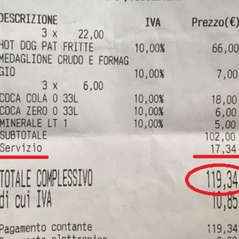 Στην απόδειξη φαίνεται πως 3 χοτ ντογκ και ένα σάντουιτς και τρία αναψυκτικά με ένα νερό χρεώθηκαν 119,34 ευρώ