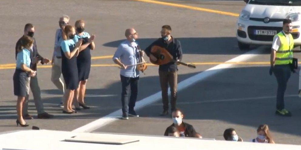 Ηράκλειο: Εφτασε η πρώτη διεθνής πτήση -Υποδοχή από λυράρηδες, αναμένονται  σήμερα 4.000 τουρίστες [εικόνες] | ΕΛΛΑΔΑ | iefimerida.gr