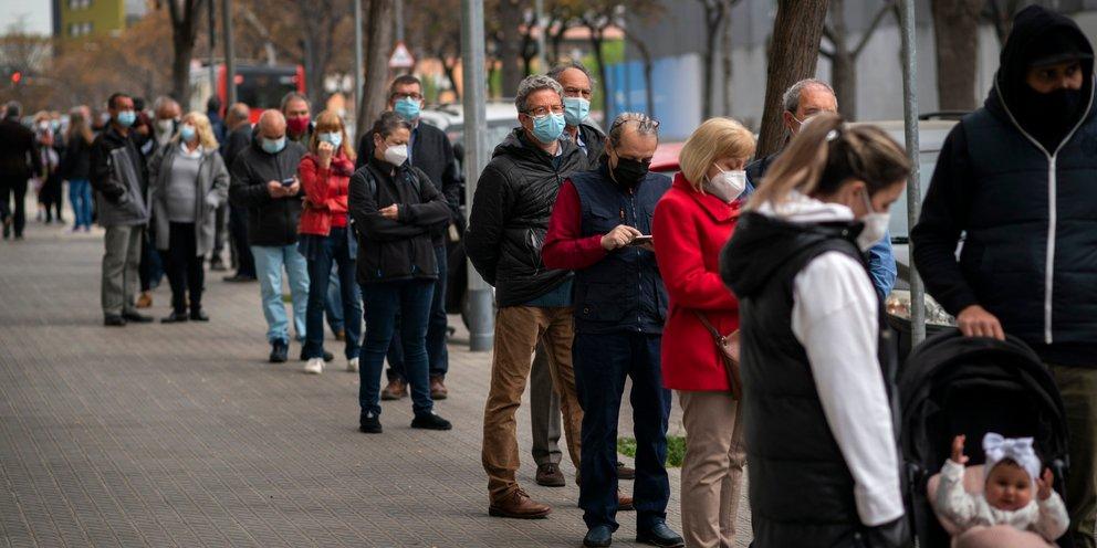 Ισπανία: Οι κάτοικοι της Μαδρίτης έκαναν ουρές για το εμβόλιο της AstraZeneca | ΚΟΣΜΟΣ