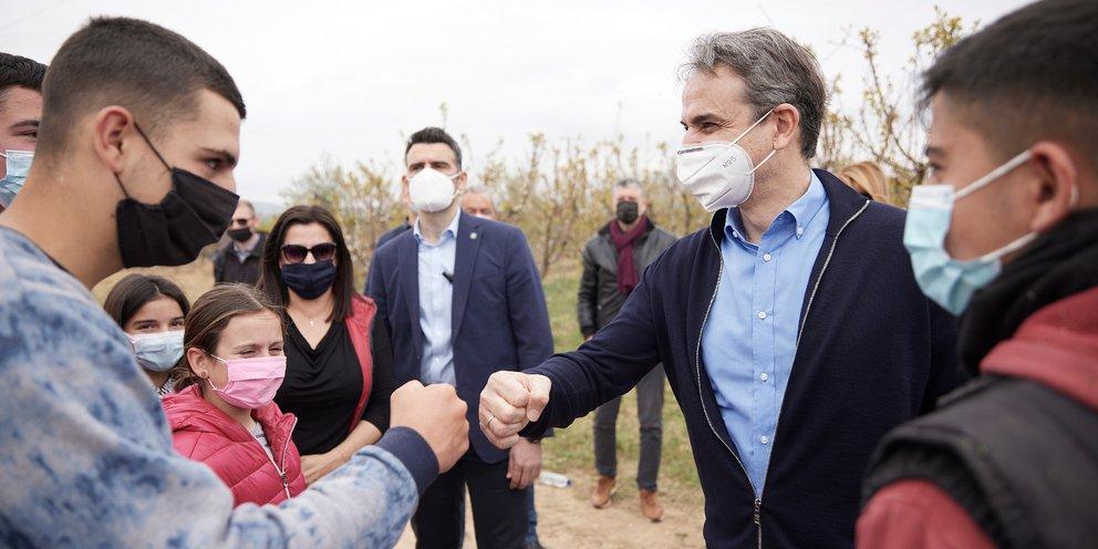 Στην Κόρινθο ο Μητσοτάκης: Επισκέφτηκε καλλιέργειες που έχουν υποστεί ζημιές και βιομηχανική μονάδα