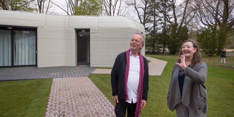 Ζευγάρι Ολλανδών μετακόμισε στο πρώτο σπίτι της Ευρώπης, που... εκτύπωσε 3D εκτυπωτής [εικόνες & βίντεο]   ΤΕΧΝΟΛΟΓΙΑ   iefimerida.gr