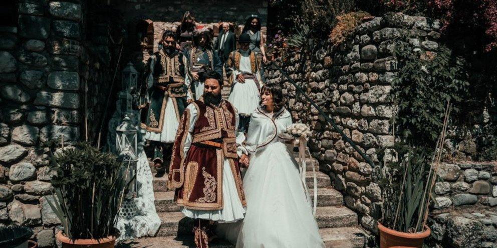 Ο γάμος της χρονιάς στα Τρίκαλα: Ζευγάρι τίμησε τα 200 χρόνια από την  Ελληνική Επανάσταση [βίντεο] | ΕΛΛΑΔΑ | iefimerida.gr