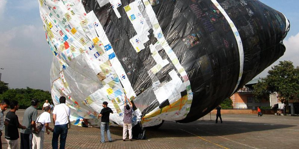 Βενετία: Πέταξαν αερόστατο από δεκάδες πλαστικές σακούλες -Τις ένωσαν μία, μία [εικόνες]