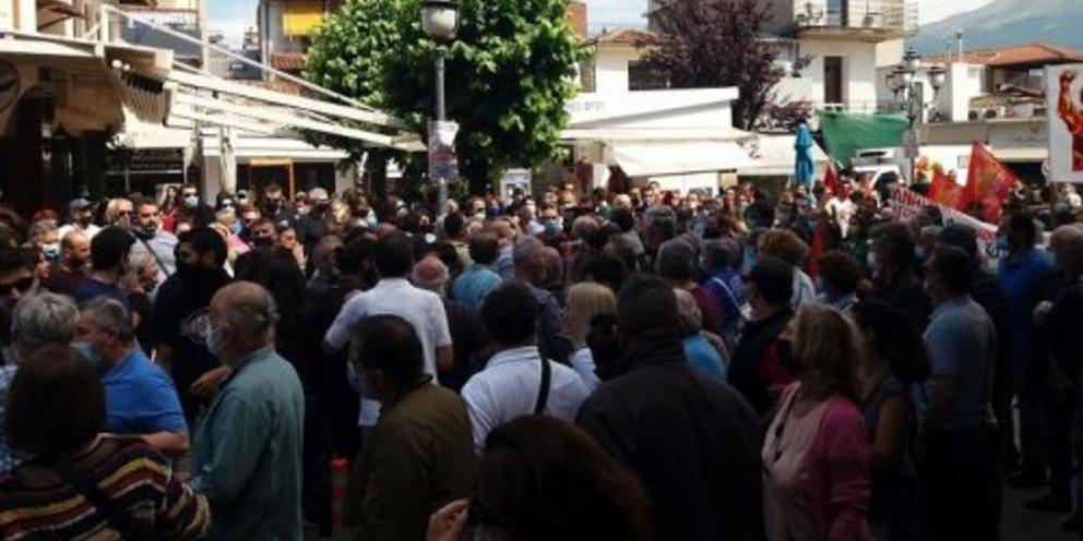 Χτύπησαν τον πρώην βουλευτή του ΣΥΡΙΖΑ Χρήστο Μαντά στη διαδήλωση κατά του εργασιακού στα Ιωάννινα | ΕΛΛΑΔΑ