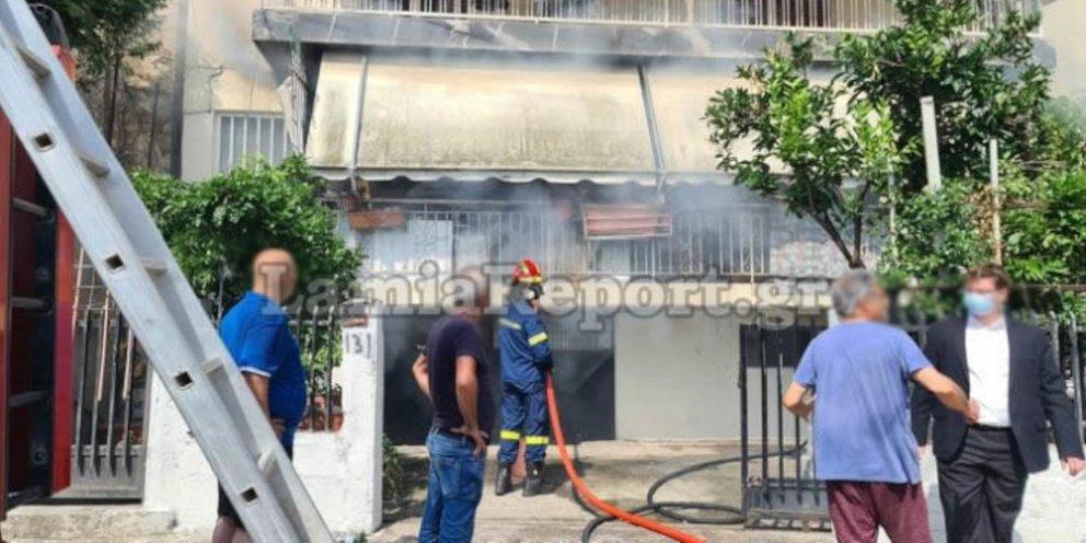 Λαμία: Περαστικός όρμησε μέσα στις φλόγες και έσωσε ηλικιωμένη -Είχε αρπάξει και η ίδια φωτιά [εικόνες & βίντεο]