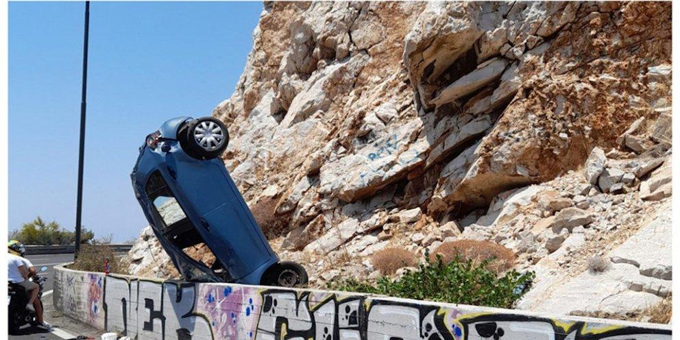 Τροχαίο στα Λιμανάκια Βουλιαγμένης -«Καρφώθηκε» στα βραχάκια το αυτοκίνητο [εικόνες]