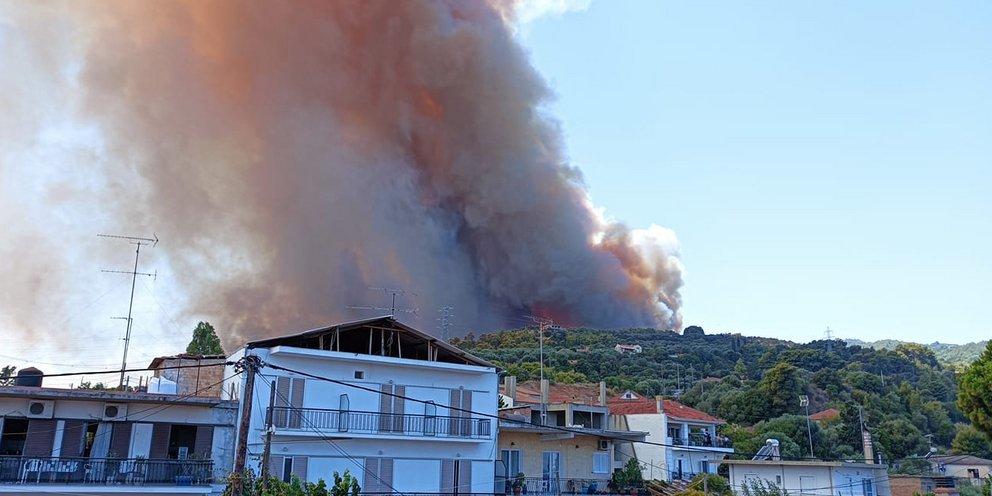 Μεγάλη φωτιά στην Αχαΐα - Εκκενώνονται Ζήρεια, Λαμπίρι, Καμάρες -Οι φλόγες πλησιάζουν σπίτια