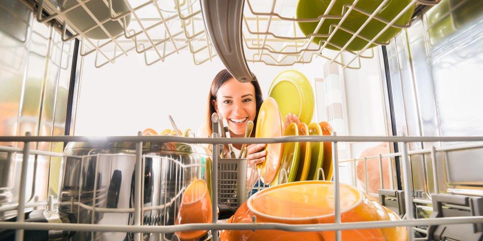 Το απλό κόλπο για να καθαρίσετε βαθιά το πλυντήριο πιάτων σας και να έχετε πάντα αστραφτερά πιάτα [βίντεο]
