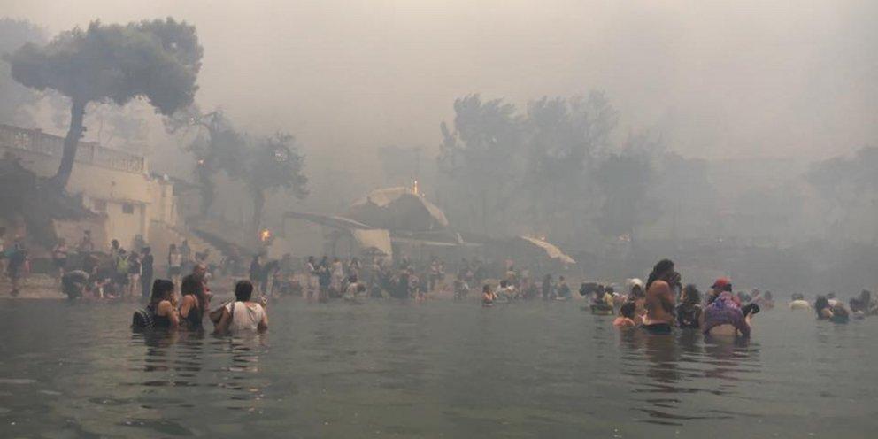 Οι φωτογραφίες από τη φωτιά στο Μάτι που συγκλόνισαν τον κόσμο -Στιγμές μαρτυρίου, έζησαν την κόλαση [εικόνες] | ΕΛΛΑΔΑ | iefimerida.gr