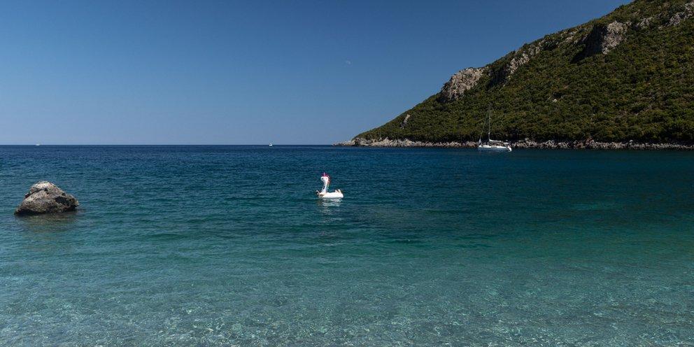 Χαλκιδική: Αίσιο τέλος είχε η περιπέτεια 6χρονης που παρασύρθηκε πάνω σε στρώμα θαλάσσης   ΕΛΛΑΔΑ