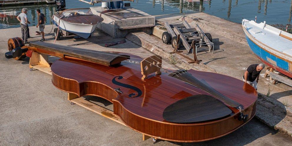 Κάτι τέτοιο σίγουρα δεν έχετε ξαναδεί: Απίστευτο σκάφος-βιολί θα πλέει στα κανάλια της Βενετίας [εικόνες]
