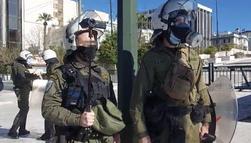 Αστυνομικός με κάμερα στην πορεία στο κέντρο της Αθήνας