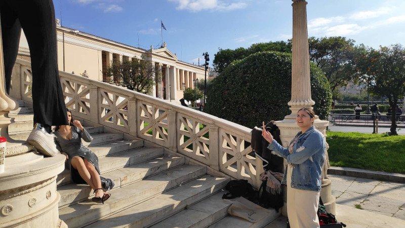 Μοντέλο ποζάρει στα σκαλιά της Εθνικής Βιβλιοθήκης