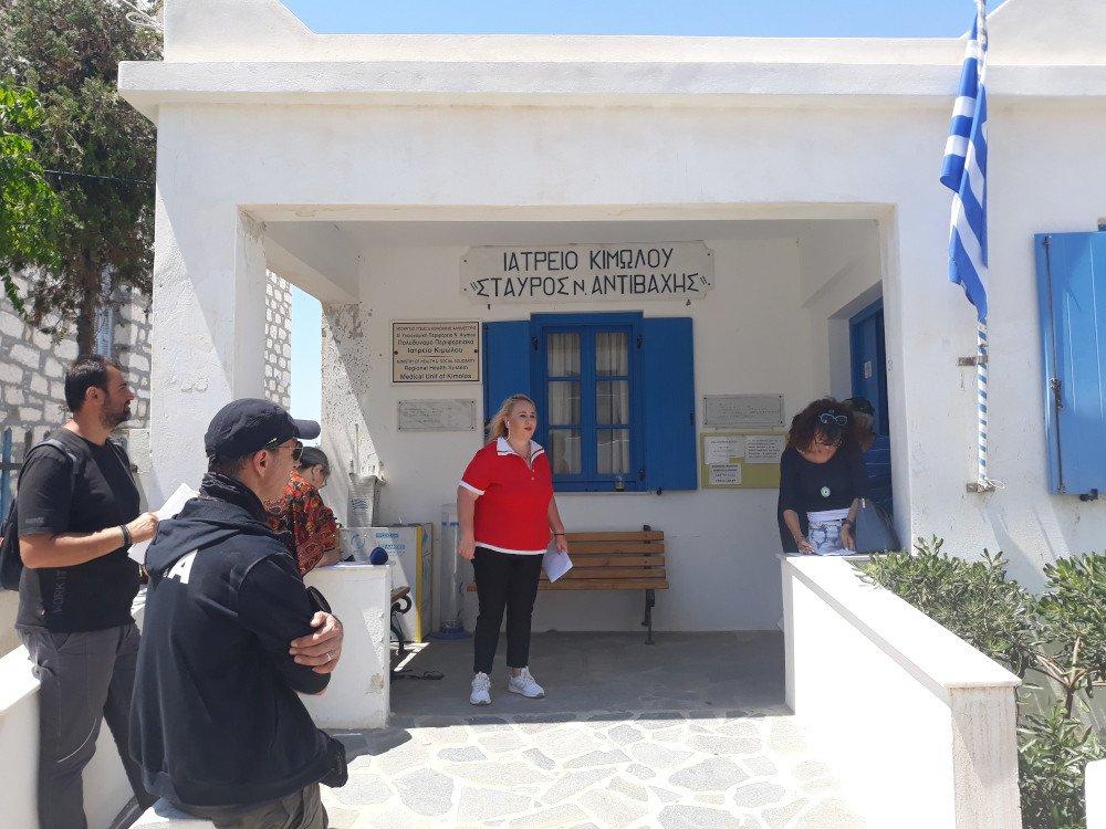 Προσωπικό και κάτοικοι στο ιατρείο Κιμώλου