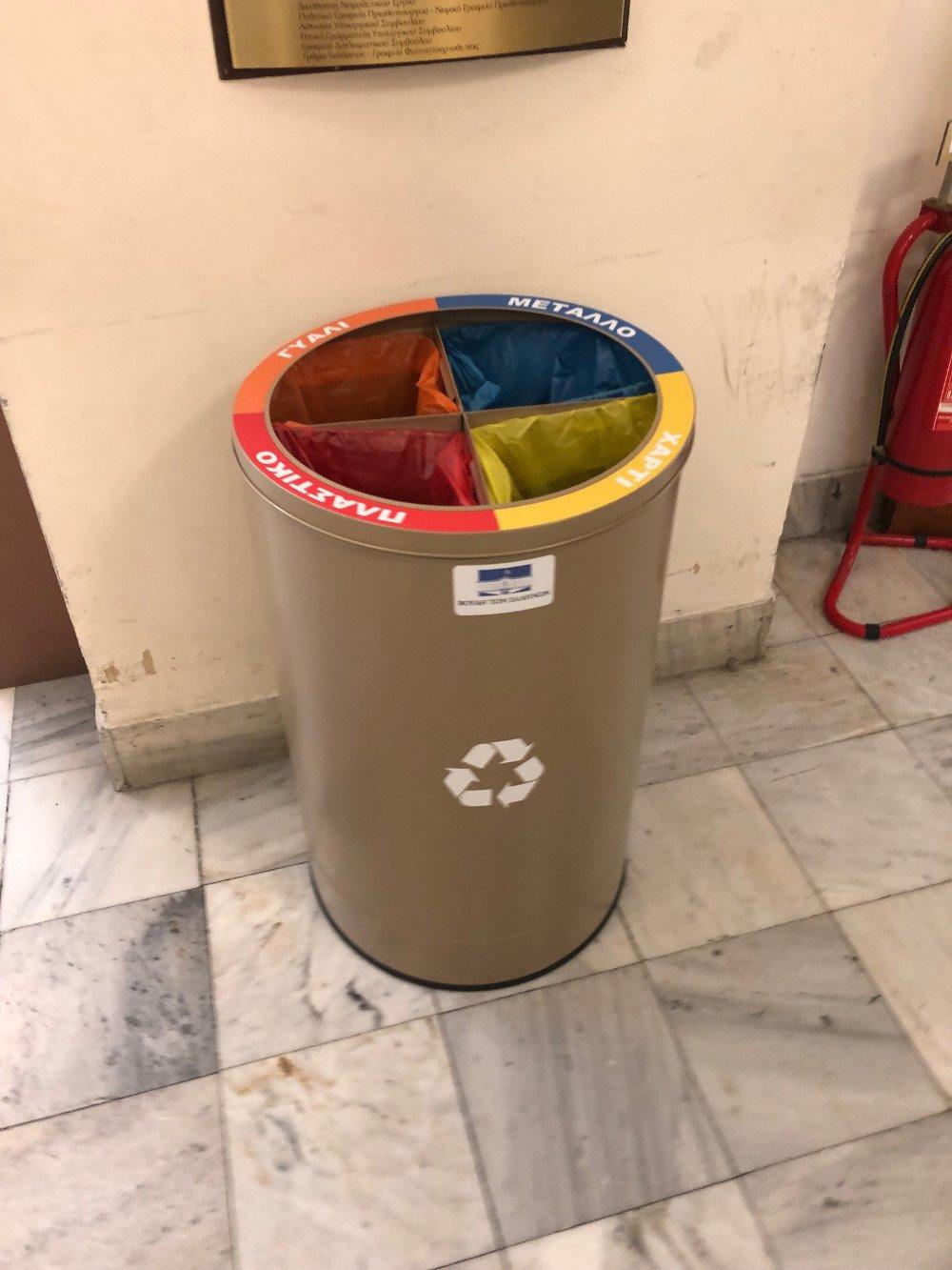 Ενας από τους κάδους ανακύκλωσης στους διαδρόμους της Βουλής