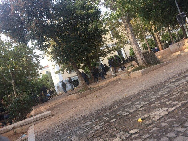 Χρήστες ναρκωτικών στο παρκάκι δίπλα στη Νομική