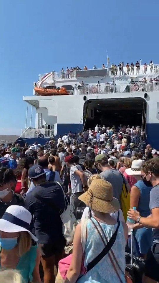 Με το που επετράπη η είσοδος, οι τουρίστες έτρεξαν για να προλάβουν μια θέση, χωρίς να τηρηθούν τα απαραίτητα μέτρα