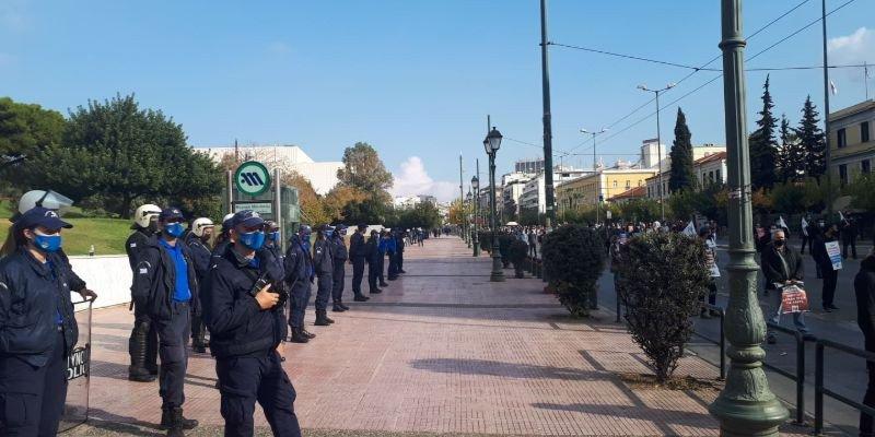 Ισχυρές αστυνομικές δυνάμεις παρακολουθούν από κοντά την πορεία του ΚΚΕ
